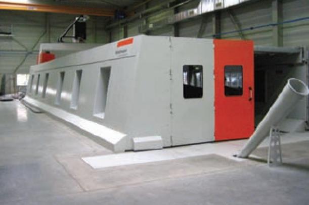 Het nieuwe Handtmann portaalbewerkingscentrum van Bayards: een machine van bijna 21 meter lang, rechts in beeld een koker voor de spaanafvoer (foto: Reinold Tomberg)