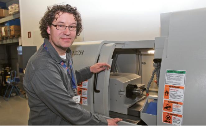 """Alex Wals, bedrijfsleider bij Metaaldraaierij De Koning en Dekon. """"We maken op onze afdeling CNC-langdraaiers onder andere onderdelen voor de medische sector, maar ook pneumatiek en hydrauliek onderdelen."""""""